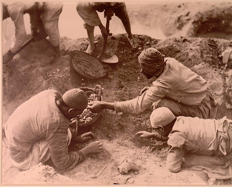 800px-Excavations_at_Oxyrhynchus_1_ca_1903_A